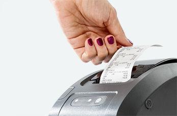 Аппарат печатает чек